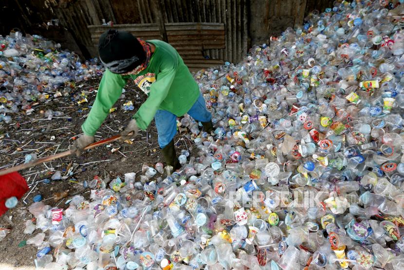 Pekerja memilah dan membersihkan sampah plastik yang dapat didaur ulang di tempat penampungan Gampong Jawa, Banda Aceh, Aceh, beberapa waktu lalu.
