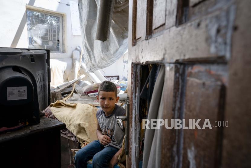 500 Jurnalis AS Menentang Narasi Media tentang Palestina.  Abu Amsha, 6, duduk untuk potret di kamar tidurnya yang rusak ketika serangan udara menghancurkan gedung tetangga sebelum gencatan senjata yang menghentikan perang 11 hari antara penguasa Hamas Gaza dan Israel, Rabu, 26 Mei 2021, di Beit Hanoun, Jalur Gaza.