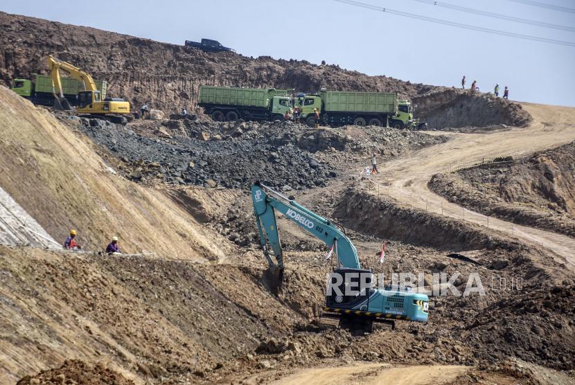 Pekerja mengoperasikan alat berat pada proyek pembangunan Jalan Tol Cileunyi-Sumedang-Dawuan (Cisumdawu) di Sirnamulya, Kecamatan Sumedang Utara, Kabupaten Sumedang.