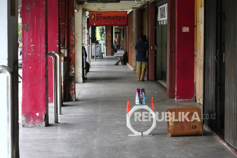 Pedagang kaki lima memilih tutup imbas sepinya pengunjung di Malioboro, Yogyakarta, Senin (2/8). Selama PPKM jumlah kunjungan wisatawan ke Malioboro anjlok. Dan Pemerintah kembali memperpanjang PPKM hingga 9 Agustus mendatang.