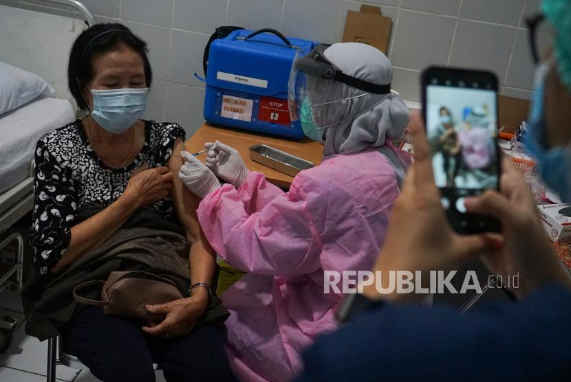 Petugas kesehatan menyuntikan vaksin COVID-19 kepada warga lansia di RSUD Doris Sylvanus, Palangkaraya, Kalimantan Tengah. Keterpakaian tempat tidur atau bed occupancy rate (BOR) pada rumah sakit di Provinsi Kalimantan Tengah dalam penanganan COVID-19 mencapai 44,6 persen.