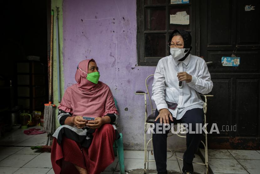 Menteri Sosial Tri Rismaharini (kanan) berbincang dengan warga saat sidak di Karang Tengah, Kota Tangerang, Banten, Rabu (28/7/2021). Sidak tersebut untuk mengetahui dan memastikan penyaluran bantuan sosial tunai (BST) di Kota Tangerang tepat sasaran.