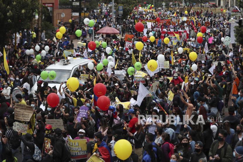 Para pengunjuk rasa berbaris selama pemogokan nasional untuk memprotes reformasi pajak yang diusulkan pemerintah di Bogota, Kolombia, Rabu, 28 April 2021.