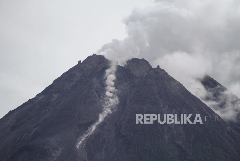 Guguran material vulkanik Gunung Merapi terlihat dari Pakem, Sleman, DI Yogyakarta, Rabu (24/2/2021).