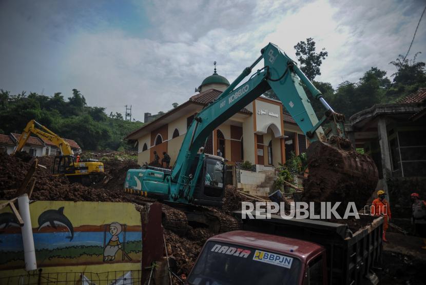 Petugas SAR gabungan mengoperasikan alat berat untuk melakukan pencarian korban bencana tanah longsor di Cimanggung, Kabupaten Sumedang, Jawa Barat, Kamis (14/1/2021). Hingga pagi hari di hari keenam pencarian, tim SAR gabungan telah menemukan 22 korban bencana tanah longsor yang terjadi pada Sabtu (9/1) lalu.