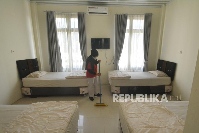 Pekerja membersihkan kamar di Asrama Haji Tabing, Padang, Sumatera Barat, Jumat (8/7/2021). Pemkot Padang menyiapkan tempat karantina baru pasien COVID-19, setelah lonjakan kasus tersebut sepekan terakhir, salah satunya di Asrama Haji Tabing Padang.