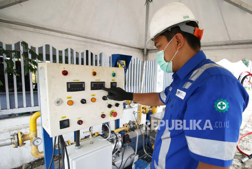 Petugas PGN memasok gas bumi di Wisma Atlet Kemayoran, Jakarta, Senin (23/2/2020).