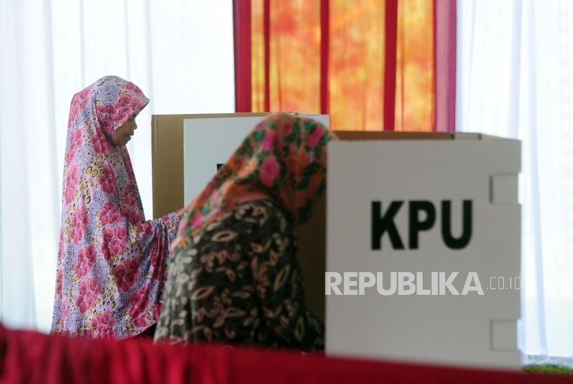 Warga melakukan pencoblosan Pilkada serentak 2018 di TPS 017, Desa Bojong Koneng, Babakan Madang, Bogor, Jawa Barat, Rabu (27/6).