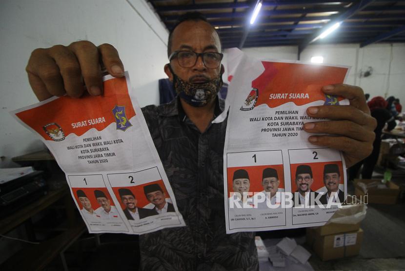 Pekerja menunjukkan surat suara Pemilihan Kepala Daerah (Pilkada) yang rusak (ilustrasi)