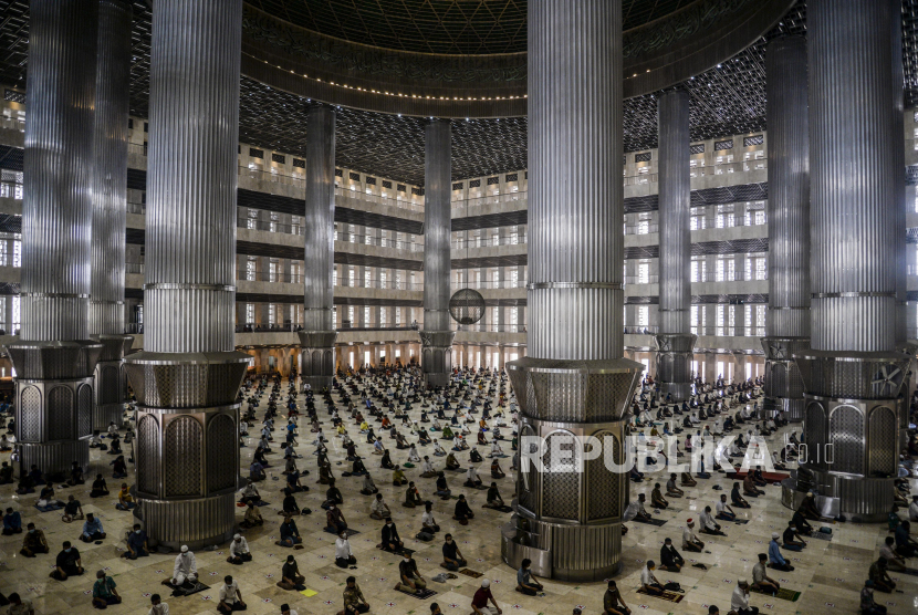 Sejumlah umat Muslim melaksanakan Shalat Jumat berjamaah di Masjid Istiqlal, Jakarta, Jumat (20/8). Masjid Istiqlal kembali dibuka untuk kegiatan ibadah Shalat Jumat dengan melaksanakan protokol kesehatan yang ketat, kapasitas maksimal 25 persen dan jamaah harus sudah divaksin Covid-19. Republika/Putra M. Akbar