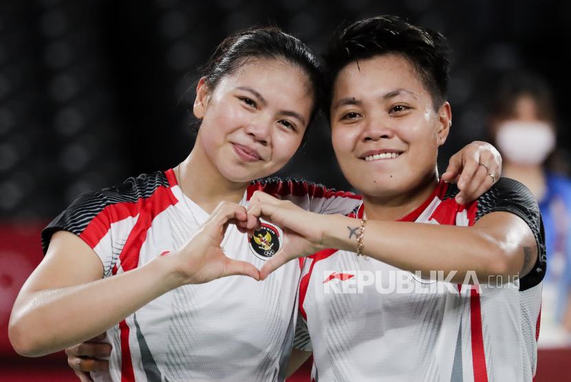 Apriyani Rahayu (kanan) dan Greysia Polii (kiri) dari Indonesia berselebrasi setelah memenangkan pertandingan medali emas ganda putri melawan Chen Qing Chen dan Jia Yi Fan dari Cina di Olimpiade Tokyo 2020 di Musashino Forest Sports Plaza di Chofu, Tokyo, Jepang, 02 Agustus 2021.