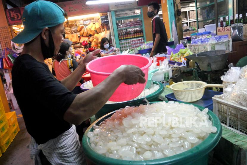 Pedagang melayani pembeli kolang-kaling di Pasar Beringharjo, Yogyakarta, Rabu (14/4).  ilustrasi