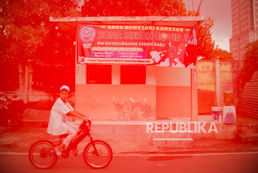 Foto multiple exposure warga beraktivitas di kawasan zona merah Covid-19 (ilustrasi).