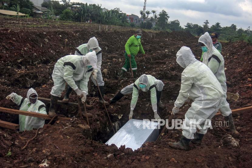 Petugas pemakaman menguburkan jenazah korban Covid-19 di TPU Srengseng Sawah Dua, Jagakarsa, Jakarta Selatan, beberapa waktu lalu.