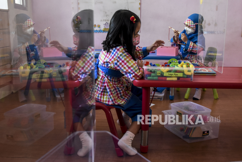Sejumlah siswa mengikuti kegiatan belajar mengajar saat uji coba pembelajaran tatap muka terbatas (PTMT) di Taman Kanak-Kanak (TK) Assalaam, Jalan Sasak Gantung, Kota Bandung. (ilustrasi)
