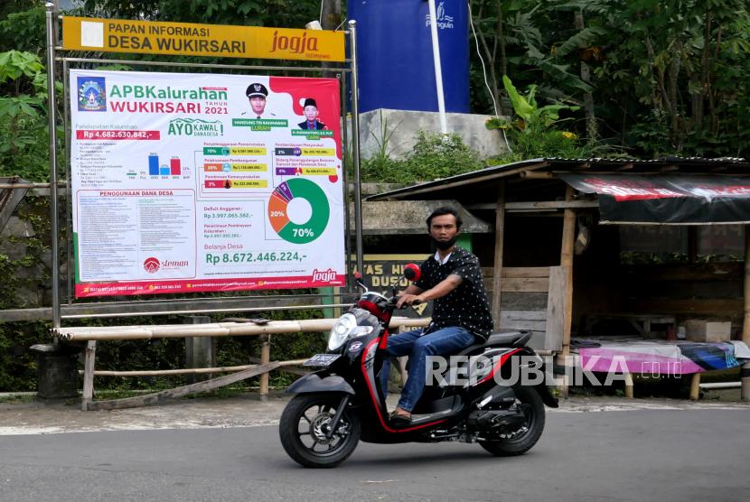 Baliho Anggaran Pendapatan dan Belanja (APB) Kalurahan terpasang di papan informasi desa di Wukirsari, Sleman, Yogyakarta, Ahad (17/1). Pemasangan APB Kalurahan/ Desa ini sebagai salah satu bentuk transparansi penggunaan anggaran. Sehingga masyarakat bisa ikut mencermati penggunaan alokasi dana desa.