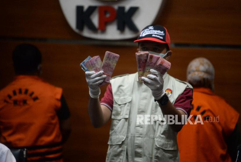 Penyidik KPK menunjukan barang bukti terkait OTT Kolaka Timur saat Press Conference di gedung Komisi Pemberantasan Korupsi (KPK), Jakarta, Rabu (22/9). KPK resmi menahan dan menetapkan Bupati Kolaka Timur Andi Merya Nur dan Kepala BPBD Kolaka Timur Anzarullah sebagai tersangka dugaan TPK Penerimaan Hadiah atau janji oleh penyelenggara negara terkait pangadaan barang/jasa dilingkungan pemeritahan kabupaten Kolaka Timur tahun 2021.Prayogi/Republika