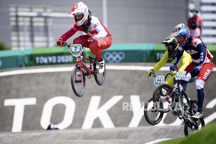 Pebalap sepeda BMX asal Amerika Serikat Connor Fields (kanan)