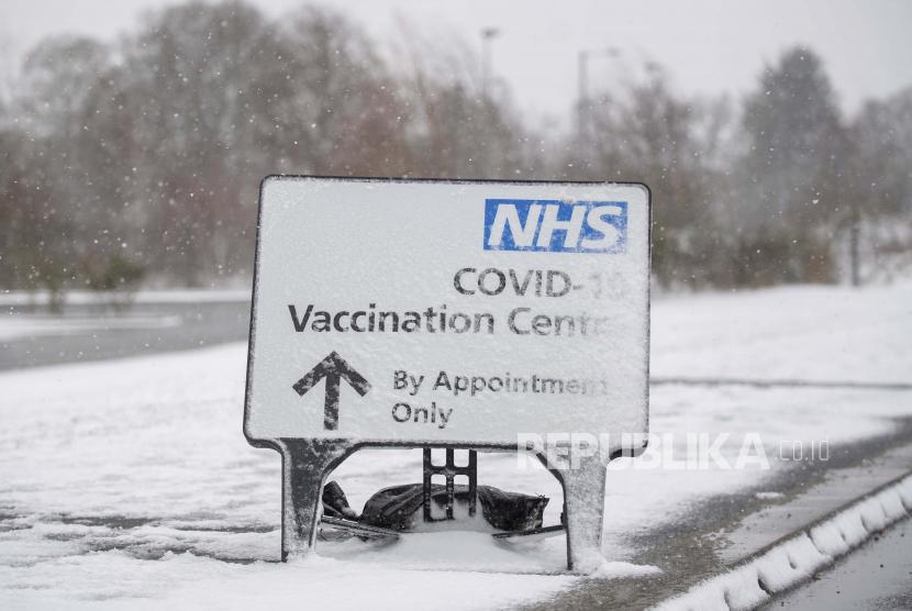 Vaksinasi Covid-19 Wajib Bagi Staf Panti Jompo di Inggris. Tanda yang tertutup salju mengarahkan orang-orang ke pusat vaksinasi Covid-19 di Stadion Komunitas Jobserve di Colchester, Inggris, Ahad, 7 Februari 2021.