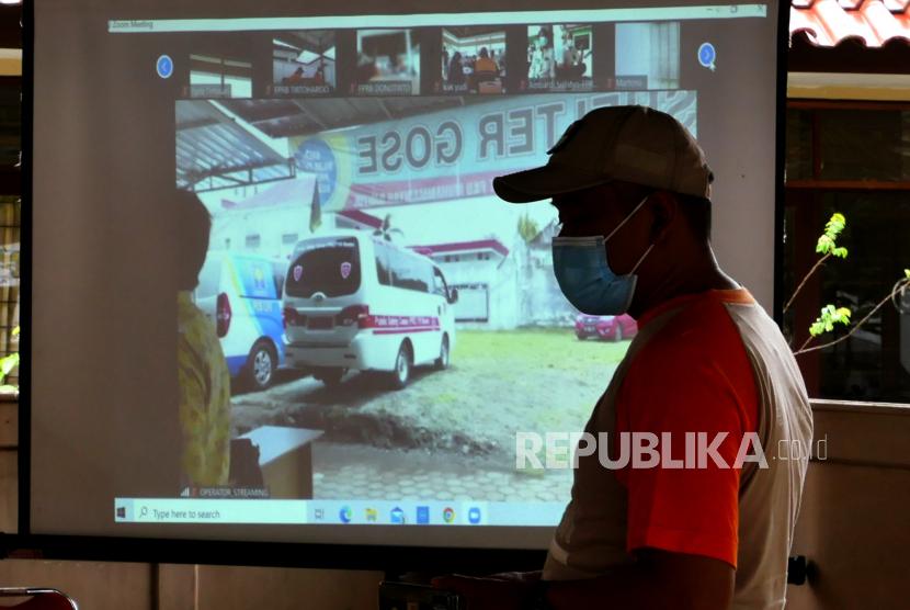 Relawan Forum Pengurangan Risiko Bencana (FPRB) mengikuti simulasi komunikasi penanggulangan bencana tsunami di Kapanewon Kretek, Bantul, Yogyakarta, Rabu (27/10). Pada simulasi ini fokus pada jalur komunikasi penanganan saat terjadi bencana tsunami. Simulasi diadakan menyambut bulan pengurangan risiko bencana 2021.