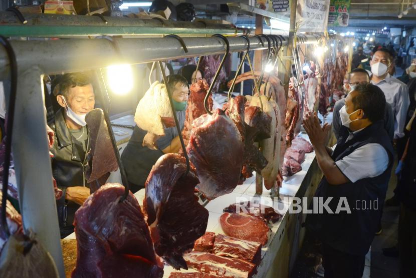 Bersama sejumlah pejabat dari dinas terkait, Wakil Wali Kota Bandung Yana Mulyana berbincang dengan pedagang daging sapi saat meninjau Pasar Kosambi, Kota Bandung, Senin (10/5). Yana memastikan menjelang Lebaran tidak akan ada operasi pasar karena pasokan aman dan kenaikan harga masih dalam batas toleransi.