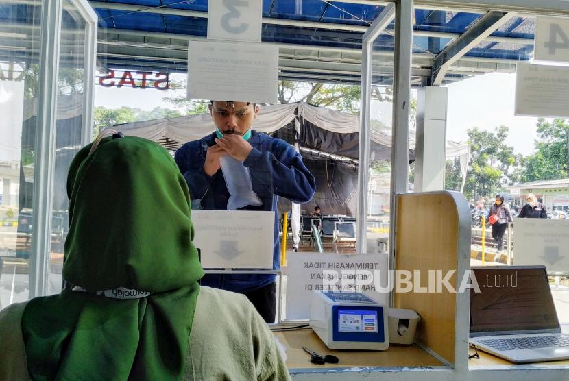 Calon penumpang kereta api melakukan tes GeNose C19, di Stasiun Kiaracondong, Kota Bandung, Jawa Barat (ilustrasi). Sebagai KA jarak jauh, calon penumpang KA Baturraden Ekspress diharuskan memiliki surat bebas Covid-19.