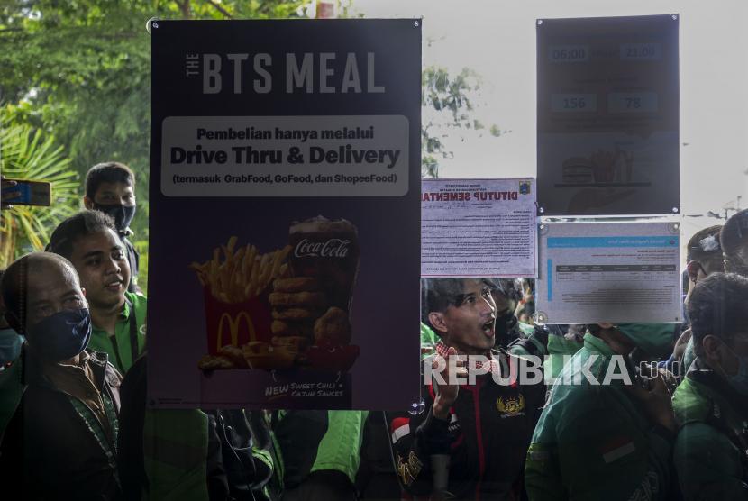 Sejumlah pengendara ojek online saat mengantre untuk mengambil pesanan BTS Meal di gerai McDonalds.