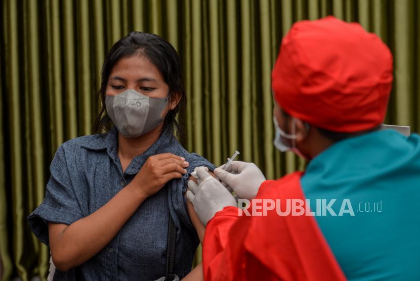 Tenaga kesehatan menyuntikan vaksin Covid-19 kepada warga di Universitas Nasional, Jakarta, Senin (26/7). Menurut Gubernur DKI Jakarta Anies Baswedan mengklaim sebanyak 7 juta orang di DKI Jakarta  telah menerima vaksin Covid-19 dosis pertama, sedangkan berdasarkan data Dinkes DKI Jakarta jumlah penerima vaksin dosis kedua pada 24 Juli 2021 mencapai 2.191.407 orang atau 24,9 persen. Republika/Thoudy Badai