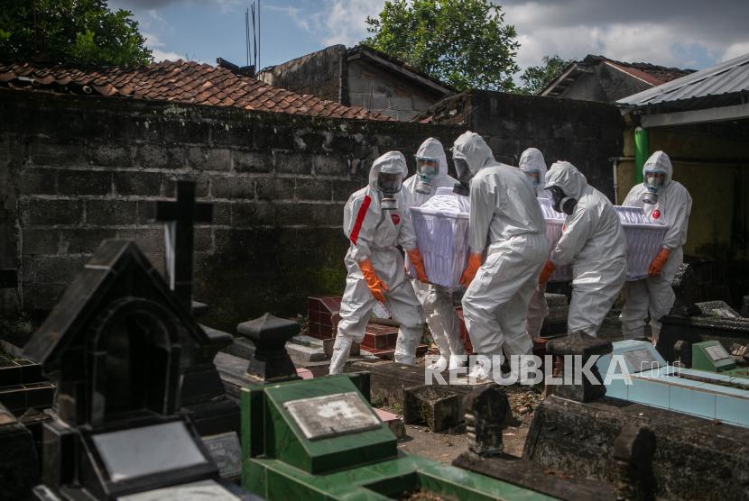 Tim Kubur Cepat membawa jenazah dengan protokol Covid-19 untuk dimakamkan di Badran, Yogyakarta. (ilustrasi)