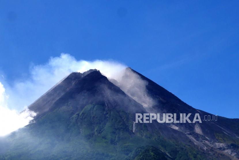 Guguran kecil di sisi Tenggara Gunung Merapi terlihat dari Kinahrejo, Yogyakarta, Ahad (11/7). Kini jalur lava  Gunung Merapi ada dua yakni sisi Tenggara dan Barat Daya. Hingga kini Gunung Merapi masih terus terjadi guguran lava dan masih berstatus Siaga.