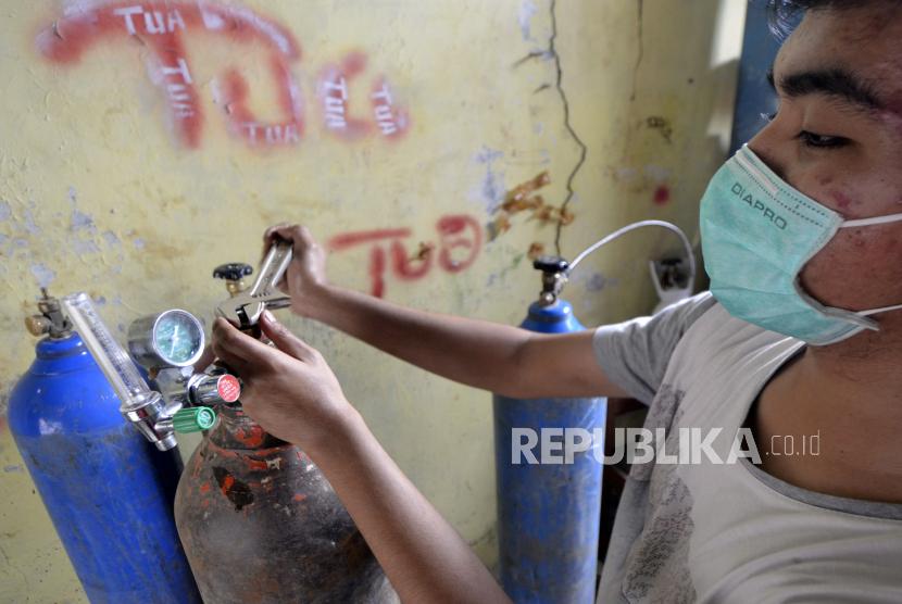 Pedagang menyiapkan tabung oksigen pesanan warga di agen penjualan oksigen di Sukarame, Bandar Lampung, Lampung, Kamis (1/7/2021). Menurut pedagang, penjualan dan isi ulang tabung oksigen saat pandemi COVID-19 meningkat hingga 200 persen sejalan dengan tingginya penambahan kasus COVID-19.