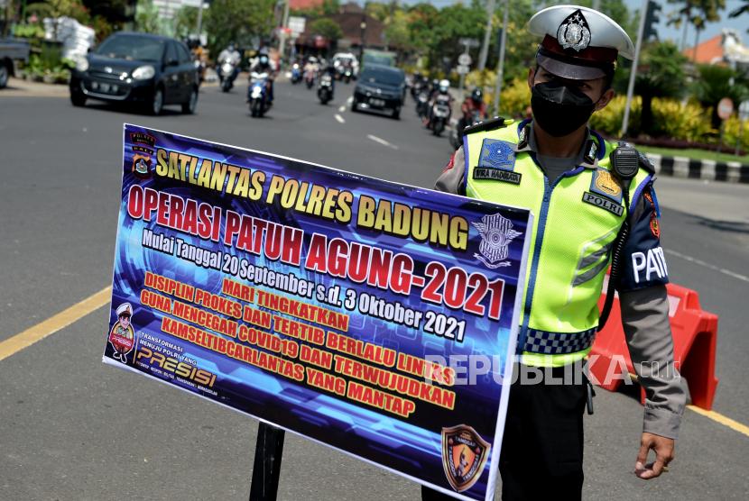 Polisi memasang papan saat pelaksanaan Operasi Patuh Agung 2021 di Badung, Bali, Rabu (22/9/2021). Operasi Patuh Agung 2021 di wilayah Bali dilaksanakan hingga 3 Oktober mendatang untuk meningkatkan keamanan, keselamatan dan ketertiban masyarakat dalam berlalu lintas serta meningkatkan kedisiplinan penerapan protokol kesehatan guna mencegah penyebaran COVID-19.