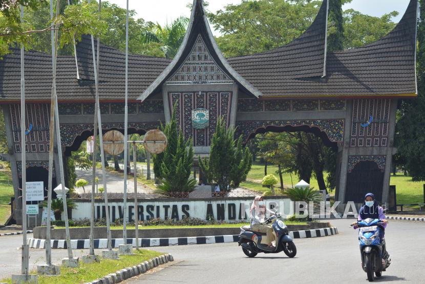 Rektor Universitas Andalas (Unand) Yuliandri dilaporkan ke Polda Sumatra Barat oleh salah seorang dosen sosiologi Zuldesni terkait dugaan penyalahgunaan wewenang dalam perkara pembongkaran perumahan dosen. Laporan ini baru tahap surat tanda penerimaan laporan pengaduan (STPLP). (Foto: Gerbang Kampus Universitas Andalas)