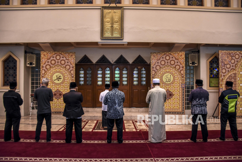 Cegah Corona, Jaga Jarak Antar Shaf di Masjid Raya Bandung