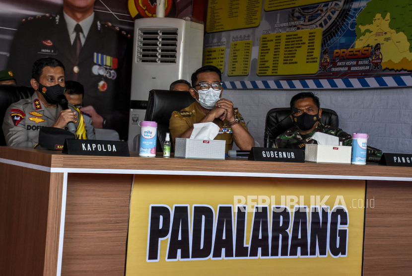 Gubernur Jawa Barat Ridwan Kamil (tengah) bersama Kapolda Jawa Barat Irjen Pol Ahmad Dofiri (kiri) dan Pangdam III Siliwangi Mayjen TNI Nugroho Budi Wiryanto (kanan) saat melakukan pemantauan posko penyekatan larangan mudik di gerbang Tol Padalarang, Kabupaten Bandung Barat, Senin (10/5). Pada hari kelima penerapan larangan mudik Lebaran 2021, petugas gabungan di posko penyekatan larangan mudik Padalarang telah memutarbalikan sedikitnya 30 kendaraan berplat luar kota karena tidak memiliki surat kesehatan serta ijin perjalanan. Foto: Republika/Abdan Syakura