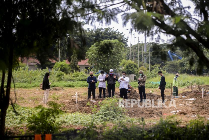 TPU Selapajang menjadi tempat pemakaman korban Covid-19 di Kota Tangerang. Foto sejumlah keluarga jenazah pasien suspect Corona melaksanakan shalat jenazah di Tempat Pemakaman Umum (TPU) - ilustrasi