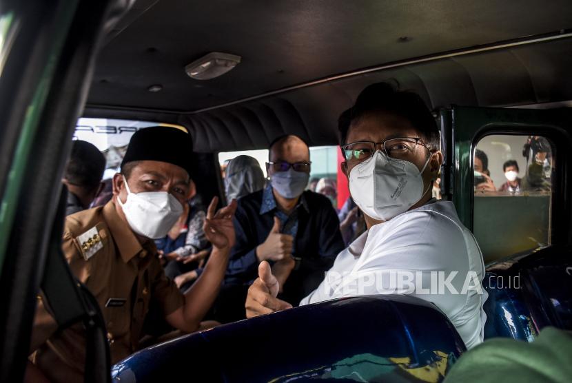 Menteri Kesehatan Budi Gunadi Sadikin (kanan) bersama Bupati Kabupaten Bandung Dadang Supriatna (kiri) beserta jajaran terkait menaiki mobil angkutan untuk warga lanjut usia (lansia) saat kunjungan kerja di Rumah Sakit Otto Iskandar Dinata, Soreang, Kabupaten Bandung, Selasa (18/5). Menteri Kesehatan Budi Gunadi Sadikin menargetkan per harinya sebanyak 250.000 warga lanjut usia (lansia) di Jawa Barat medapatkan vaksinasi Covid-19 sebagai upaya percepatan vaksinasi bagi lansia yang baru mencapai 8 persen pada pertengahan Mei 2021. Foto: Republika/Abdan Syakura