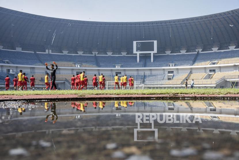 Sejumlah pemain Madura United mengikuti sesi latihan (ilustrasi)
