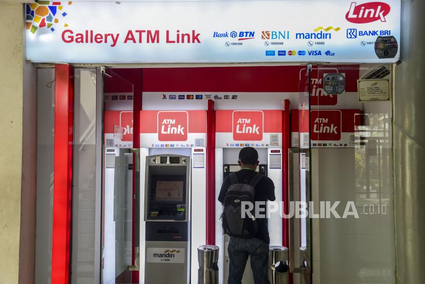 Nasabah melakukan transkasi melalui mesin Anjungan Tunai Mandiri (ATM) Link di Jakarta (ilustrasi). Bank Indonesia (BI) mencatat jumlah uang beredar pada Juni 2021 mencapai Rp 7.119,6 triliun. Republika/Putra M. Akbar
