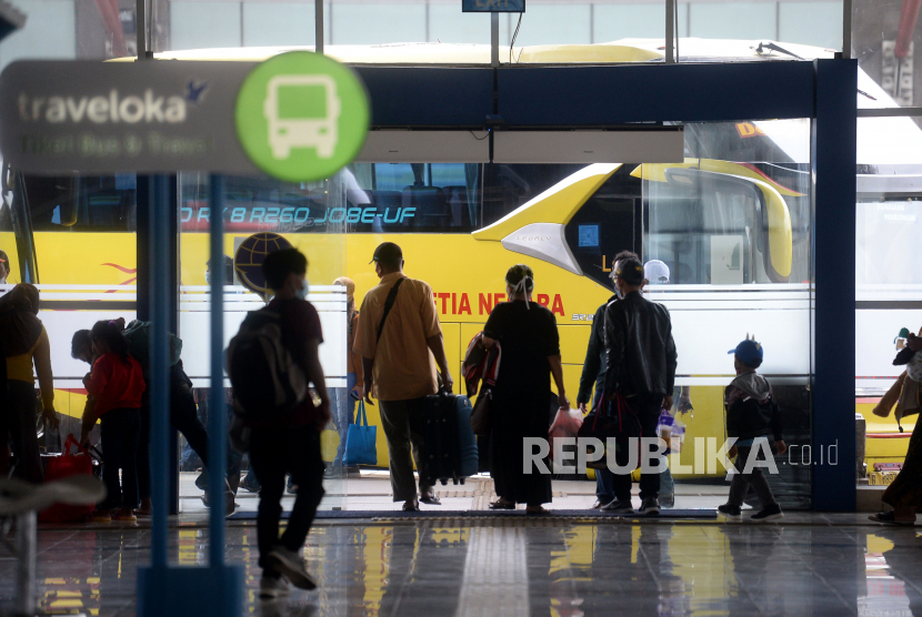 Sejumlah calon penumpang berjalan menuju bus yang akan mengangkut mereka di Terminal Bus Terpadu Pulo Gebang, Jakarta, Selasa (4/5). Sejumlah warga memilih melakukan perjalanan ke kampung halaman dengan armada bus dari terminal tersebut sebelum pemerintah memberlakukan pelarangan mudik mulai tanggal 6 hingga 17 Mei 2021.Prayogi/Republika.