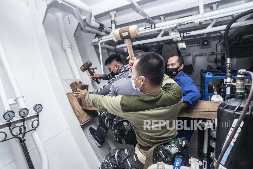 Awak KRI Bima Suci memasang alat penahan kebocoran kapal saat peran penyelamatan kapal di atas KRI Bima Suci di perairan laut perbatasan Indonesia-Timor Leste, Senin (2/8/2021). Simulasi yang merupakan bagian dari latihan praktek Kartika Jala Krida (KJK) 2021 yang didukung Satgas operasi Bima Suci 2021 tersebut digelar untuk menguji kesiapsiagaan dalam penanganan kondisi darurat.