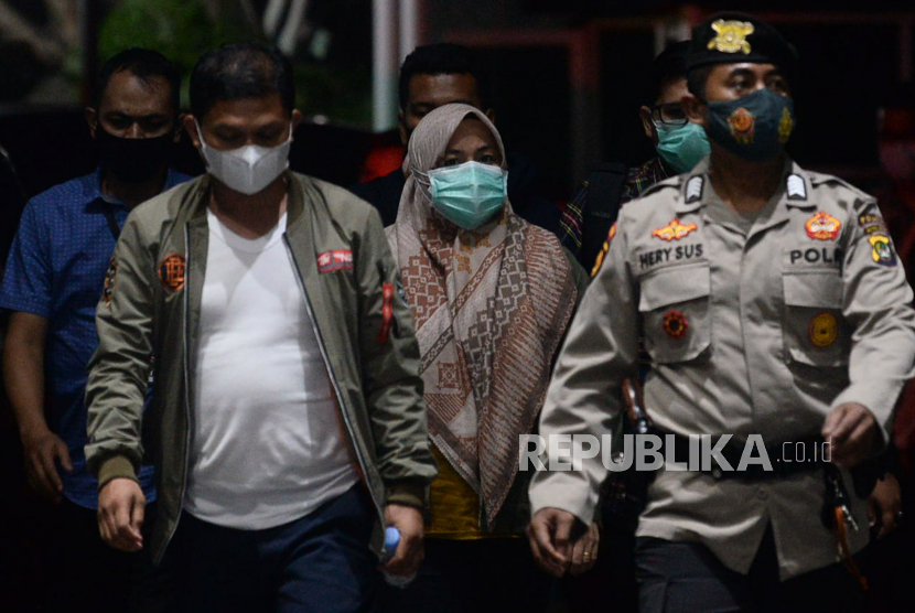 Bupati Kolaka Timur Andi Merya Nur (tengah) tiba di gedung KPK untuk menjalani pemeriksaan di Jakarta, Rabu (22/9). KPK melakukan Operasi Tangkap Tangan (OTT) terhadap Bupati Kolaka Timur Andi Merya Nur dan beberapa pihak lainnya serta barang bukti sejumlah uang pada Selasa (21/9) malam.Prayogi/Republika