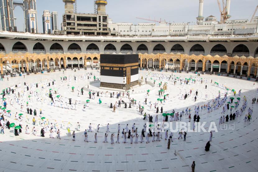 Jemaah haji menjaga jarak sosial melakukan umrah mereka di Masjidil Haram selama haji tahunan, di kota suci Mekah, Arab Saudi, 17 Juli 2021.