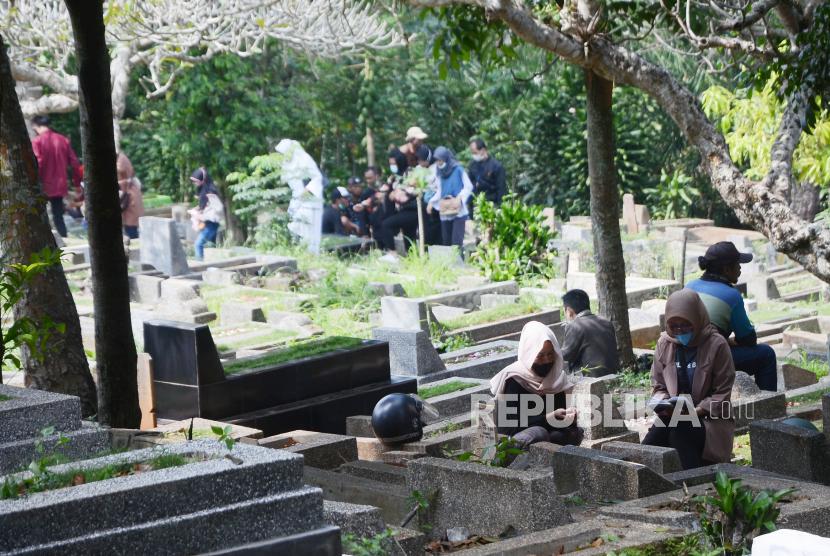 Mencium jenazah sunnah yang dianjurkan selama di luar pandemi Covid-19. Ilustrasi ziarah kubur