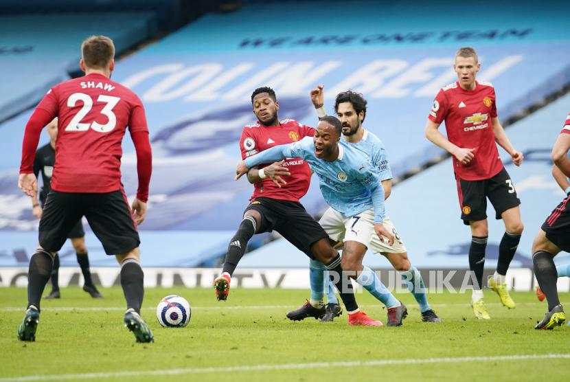 Raheem Sterling dan Ilkay Gundogan dikepung pemain MU pada laga Manchester City bs Manchester United di Etihad Stadium, Manchester, Ahad (7/3).