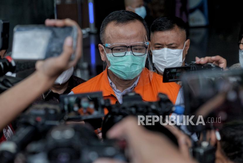 Tersangka mantan menteri kelautan dan perikanan Edhy Prabowo berjalan menjawab pertanyaan wartawan usai menjalani pemeriksaan di gedung Merah Putih KPK, Jakarta, beberapa waktu lalu.