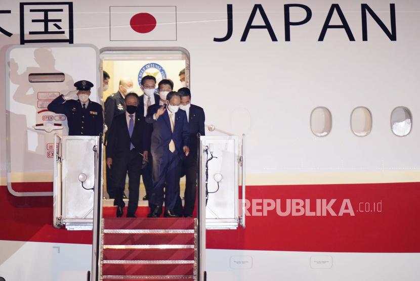 Perdana Menteri Jepang Yoshihide Suga tiba di Pangkalan Angkatan Udara Andrews, Md., Kamis, 15 April 2021. Suga akan menjadi pemimpin asing pertama yang melakukan pertemuan tatap muka dengan Presiden Joe Biden, saat mereka bertemu di Gedung Putih pada hari Jumat.