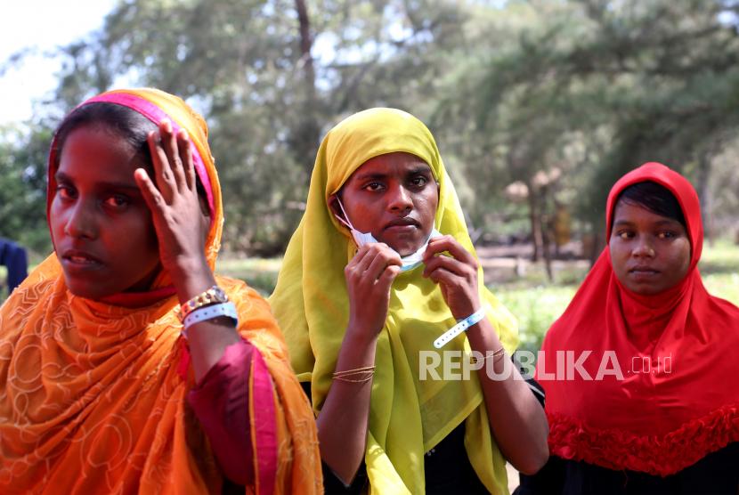 Pengungsi etnis Rohingya yang terdampar di pesisir pantai Kuala Simpang Ulim berada di sekitar tenda darurat di pulau Idaman, Aceh Timur, Aceh, Aceh (6/6/2021).
