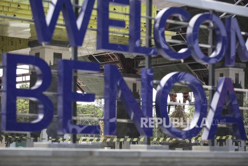Pekerja menyelesaikan pengerjaan kawasan Pelabuhan Benoa, Bali, Senin (20/9/2021). Direktur Utama PT Pelabuhan Indonesia III (Persero) Boy Robyanto menargetkan pengembangan Pelabuhan Benoa Bali dalam konsep Bali Maritime Tourism Hub (BMTH) dijadwalkan sepenuhnya rampung pada pertengahan tahun 2023.