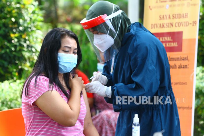 Petugas medis menyuntikkan vaksin Covid-19 AstraZeneca untuk warga yang mengikuti program vaksinasi (ilustrasi).